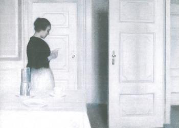 Εσωτερικός χώρος με γυναίκα που διαβάζει ένα γράμμα